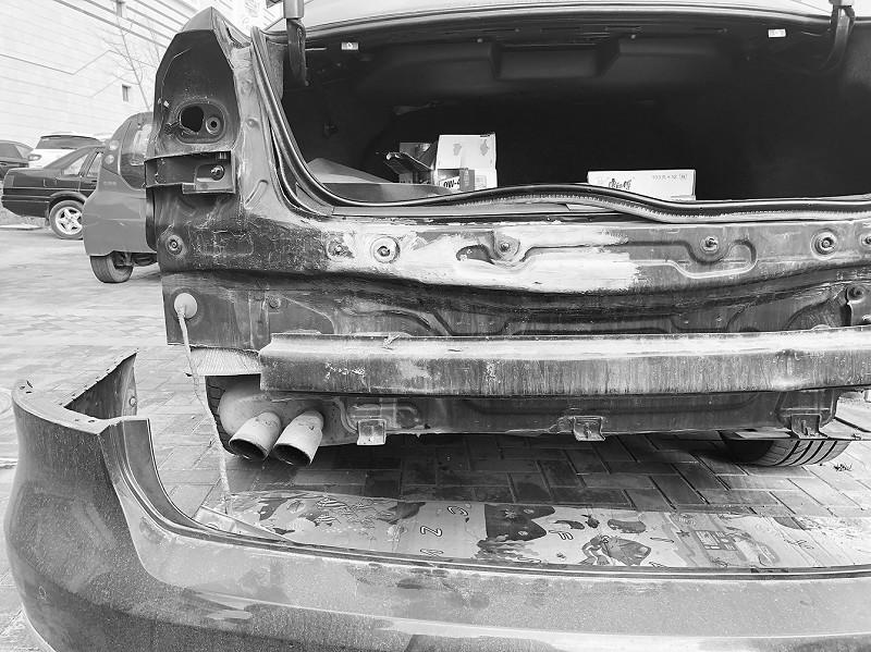"""将车辆后保险杠拆下后,有明显的修复痕迹。 高先生说,之后他也将车开到了瓜子二手车严选直卖店 (大连泉水瑞沃广场店)。按照高先生的说法,起初他只想将这辆车在瓜子平台上架售卖。大连的售后人员又安排三四拨人对他的车进行检测,但得到的反馈都是""""属于事故车,不能上架销售。""""""""这辆车既然确定是事故车,可我开的一年里没有出过大事故,那么事故是谁造成的呢?""""高先生说,之后他决定要追查真相。他来到我市一家大众4S店,通过维保记录查到这辆车在2014年3月11日,有&l"""