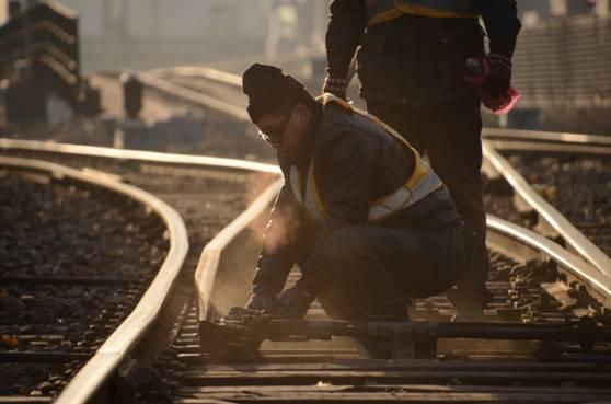 """沈铁钢轨""""B超师"""":我们的手虽然在""""抖"""",换来的是旅客安全回家"""
